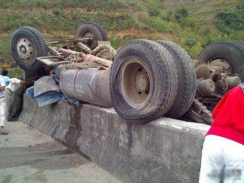 китайский грузовик чудом не сорвался в пропасть